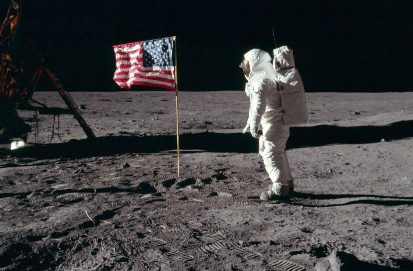 https://beeldengeluid.nl/sites/default/files/styles/tilt_highlight/public/stories/cover/Kaart%201%20-%20%20Buzz_salutes_the_U.S._Flag%20-%20kopie.jpg?itok=-DKzk2DP