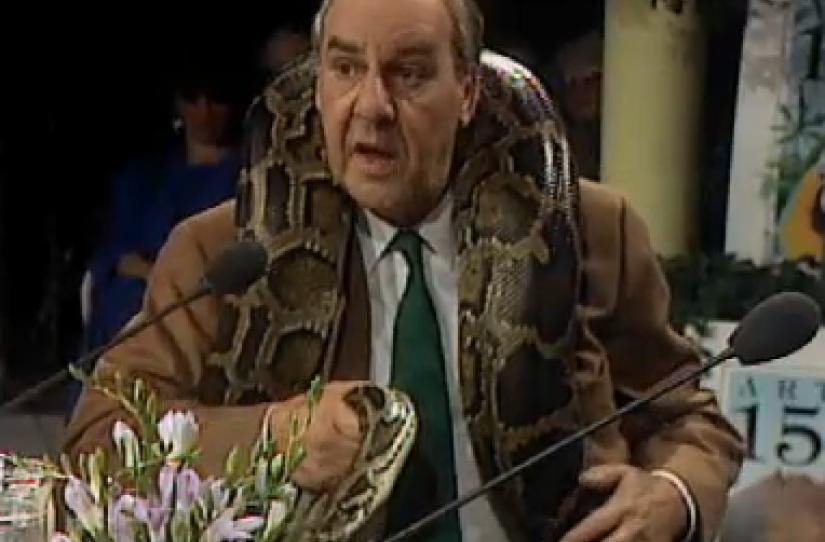 Willem Duys met slang om zijn nek.