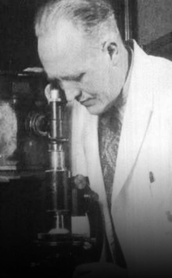 J.C. Mol met microscoop
