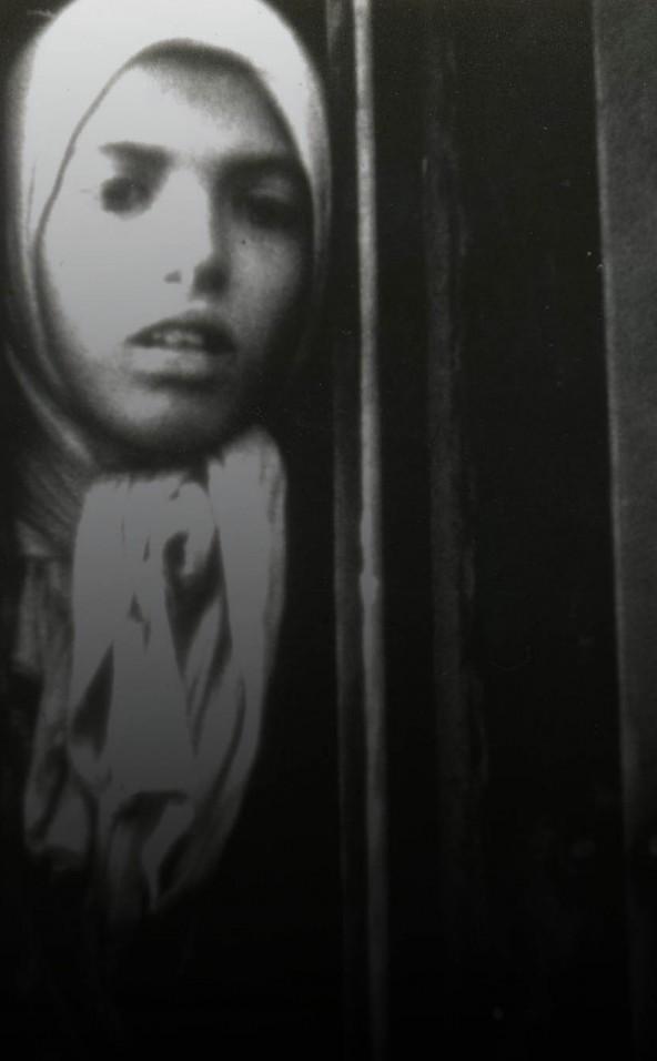 Still uit de Westerborkfilm, een meisje tussen de deuren van een treinwagon